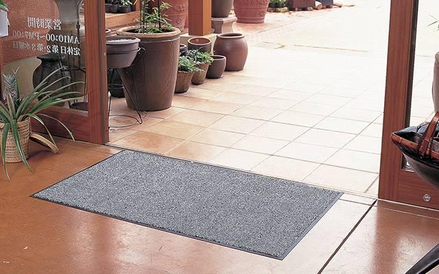 クリーンマット|超薄型マットで、ドアの引っかかりが少ないマットです。 柔らかい繊維に吸着剤をコーティングすることでホコリを吸着し、汚れの侵入を防ぎます。