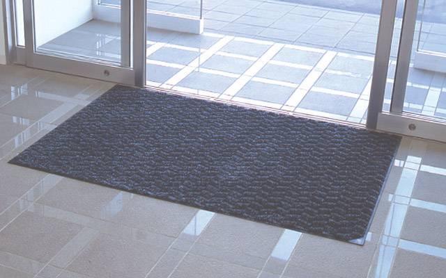 三冠王マット|汚れの原因「油・水・ホコリ」の除去に優れたマットです。 事業所の玄関からバックヤードまで幅広く活用いただけるシックなデザインです。