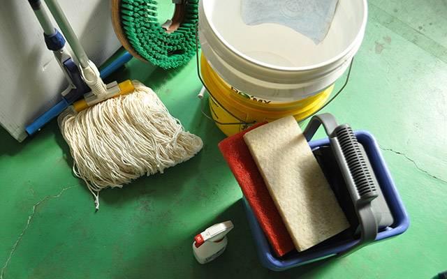 床用清掃用具|床の清掃はつらい姿勢で長時間作業したり、いろいろな種類が沢山増えてしまったりと問題は様々です。イージークリーン スプレーモップ をはじめ、ほうき・ちりとり・デッキブラシ・水切り・モップなど軽量かつ掃除のしやすさに着目した床用清掃用具をセレクトしました。
