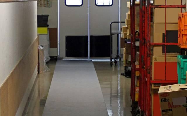 グリッピーマット・ロールタイプ|油や水を吸収し、マット表面は耐摩耗性・耐久性に優れ往来の激しい通路でも使用することができるマット、 裏面には粘着加工が施されておりますので、床面に液体が染み出ずにテープの固定をしなくてもそのままお使い頂けます