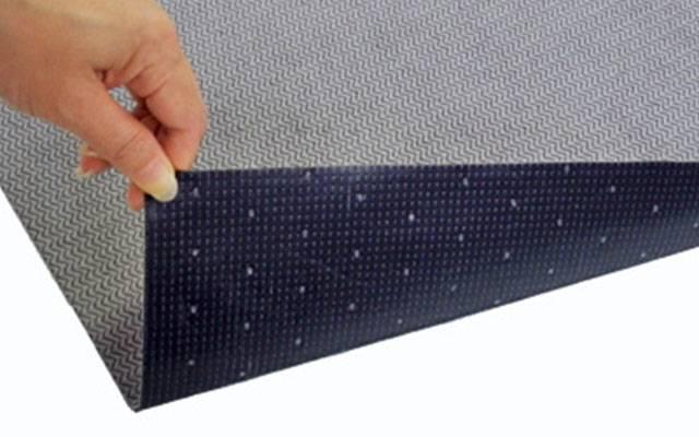 グリッピーマット15シート|マット表面は耐摩耗性・耐久性に優れ油や水を吸収するマット、裏面には粘着加工が施されておりますので、床面に液体が染み出ずにテープの固定をしなくてもそのままお使い頂けます。 使いやすいサイズ(81cm×50cm) にカットされたタイプです